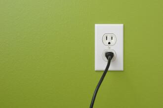 Cu cât crește factura la energie dacă lași în priză electronicele și electrocasnicele