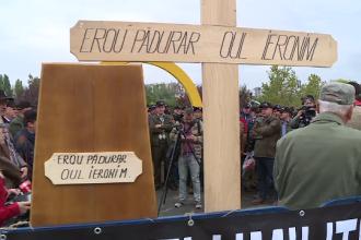 """Protest cu cruci la Parlament: """"Trebuie să alegem direcţia vântului dacă vrem să tragem un foc"""""""