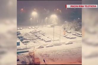 Iarnă în toată regula în Rusia. Oamenii s-au trezit cu mașinile înzăpezite