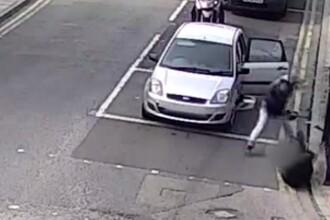 Incident șocant în Londra. Momentul în care un bărbat atacă pasagerii unei mașini cu o macetă