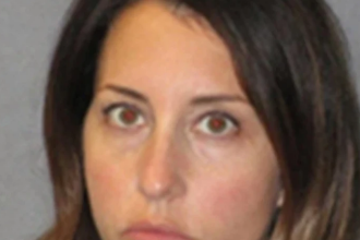Profesoară arestată pentru că ar fi întreţinut relaţii intime cu elevul ei. Locul întâlnirilor