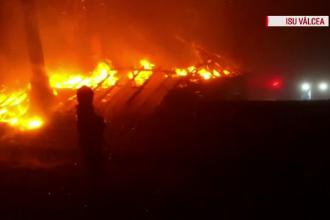 O cabană cu 5 muncitori a luat foc la Horezu. De la ce ar fi pornit incendiul