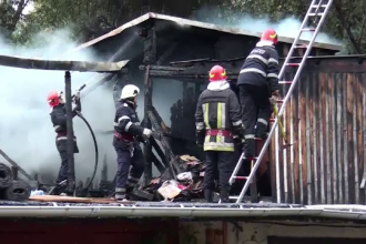 Panică într-un cartier din Suceava, după ce acoperișurile mai multor garaje au luat foc