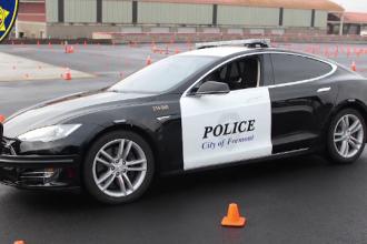 O mașină de poliție Tesla a rămas fără baterie în timp ce urmărea un suspect