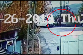 Bătută și băgată cu forța într-o dubă, lângă o școală din Argeș. Scena a fost filmată