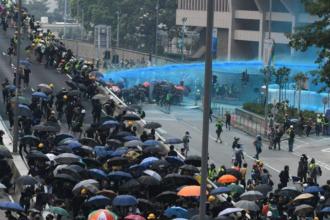 Noi proteste la Hong Kong. Poliția a folosit tunuri de apă cu colorant albastru