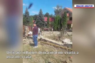 O fetiță a fost zdrobită în curtea casei de un TIR fără frâne care a rupt gardul