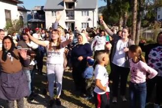 Părinți revoltați după ce copiii lor au fost mutați la altă școală, la 9 km depărtare