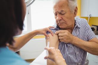 Aproape 800.000 de români s-au vaccinat cu cel puțin o doză. Situația reacțiilor adverse
