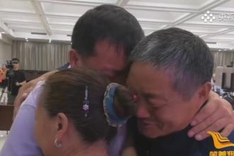 Momentul emoționant în care doi soți se reunesc cu copilul lor, după 40 de ani. El fusese răpit din casă la vârsta de 2 ani