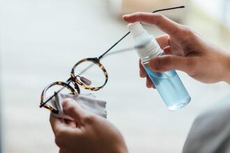 Studiu: Persoanele care poartă ochelari de vedere, mai puțin predispuse în a se infecta cu noul coronavirus