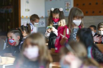 """INTERVIU. Cum s-au comportat elevii în primele zile de """"școală cu mască"""": """"Am rămas surprinsă"""""""