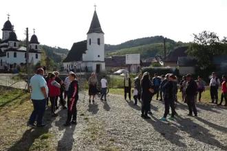 Zeci de copii stau acasă după ce școala din satul lor s-a închis. Nu au nici măcar acces la internet