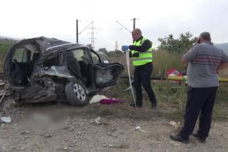 O femeie de 57 de ani a scăpat ca prin minune, după ce mașina în care se afla a fost izbită de tren