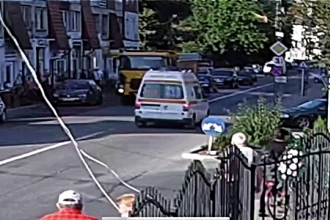 Ambulanță lovită în plin de un șofer septuagenar neatent. Ce s-a întâmplat cu pacientul