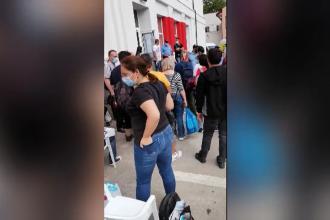 Scene ireale în Capitală. La amiază, sute de persoane încă așteptau să predea tabletele şi sacii cu voturi