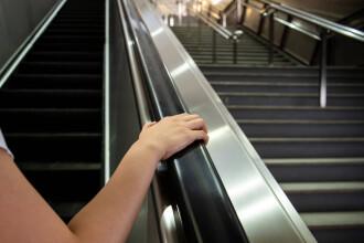 Tot mai mulţi londonezi cad pe scările rulante de la metrou, pentru că nu se ţin de teamă să nu se infecteze