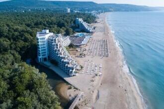 (P) Nu-i așa că-ți place marea de un albastru intens, care-și rostogolește valurile pe o plajă imensă cu nisip moale și auriu