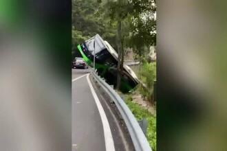 """Un autobuz din Brașov s-a răsturnat în Pârâul Graft. Cauza ar fi fost o """"invenție tehnică"""""""
