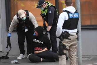 A fost, din nou, haos pe străzile din Melbourne. Protestatarii au blocat o autostradă și s-au urcat pe mașini. VIDEO și FOTO