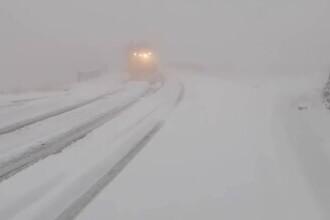 Strat de zăpadă de 10 centimetri pe Transfăgărăşan. Cum se circulă în zonă. VIDEO