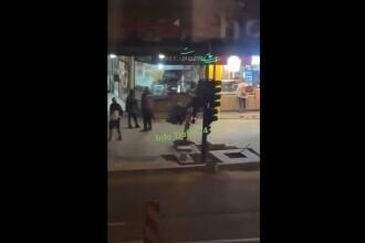 Cerșetor bătut cu picioarele în cap de un bodyguard, în centrul Clujului. Oamenii de pe stradă se uitau nepăsători VIDEO
