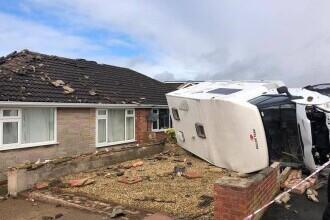 Un fenomen straniu a distrus mai multe case și mașini în Anglia. FOTO și VIDEO