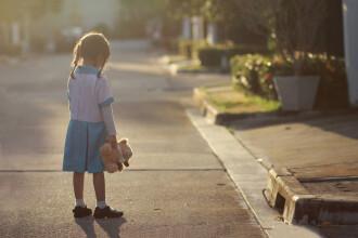 O fetiţă de patru ani le-a îngrijit pe surorile ei mai mici timp de trei zile după ce tatăl lor a murit subit