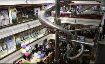 Tobogan gigantic, intr-un mall din Shanghai, prin care clientii ajung in doar 16 secunde la parter: \