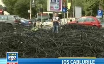 VIDEO. Pana sa ajunga sub pamant, cablurile date jos de pe stalpi devin munti pe trotuar in Capitala