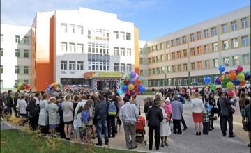 Şcoala unde elevelor li s-a interzis să mai poarte pantaloni. Motivul este bizar