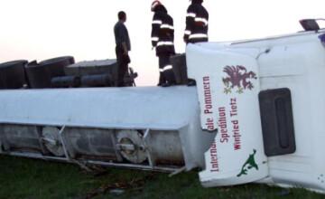Pericol de explozie! O cisterna cu 18 tone de motorina s-a rasturnat