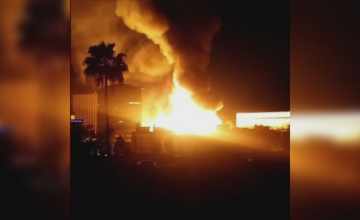 Incendiu devastator in Los Angeles. Flacarile care au cuprins un complex rezidential, vizibile de la cativa kilometri