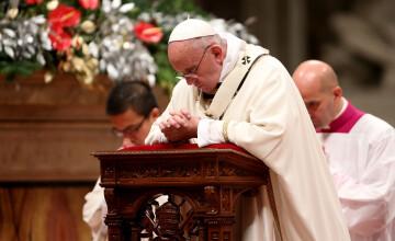 Preotii catolici pot saruta si picioarele femeilor. Decizia luata de Papa Francisc