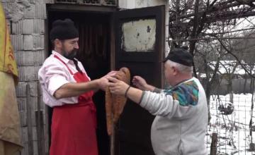 În prag de sărbători, producătorii din Ardeal au pus cârnații și caltaboșii la afumat