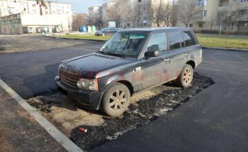 """Muncitorii au asfaltat în jurul unei maşini, în Craiova. """"E mai rău ca în Las Fierbinți"""""""