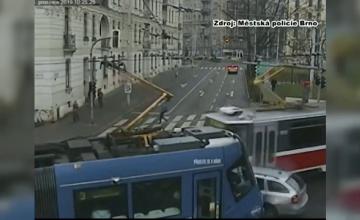 Accident spectaculos în Cehia. Mașină lovită de două tramvaie, într-o intersecție