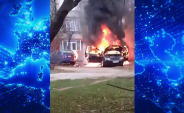Două mașini au ars complet în parcarea unui bloc din Piatra Neamț
