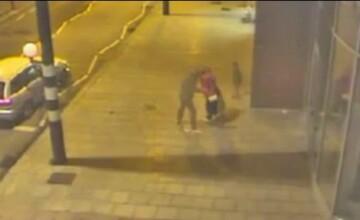 Momentul in care o femeie naste in plina strada, ajutata de mama si de mai multi paznici. VIDEO