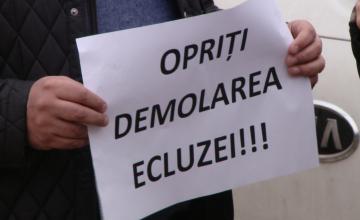 """Opriti demolarea ecluzei!"". Cativa timisoreni au protestat impotriva mutarii stavilarului descoperit in Piata 700. FOTO"