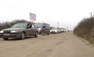 """""""Sa vina DNA-ul!"""". Localnicii din comuna Sacosu Turcesc protesteaza din nou pentru ca drumul nu le-a fost asfaltat"""