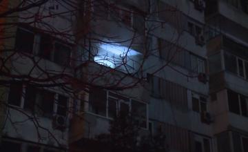Incendiu puternic într-un bloc din București. O femeie a rămas blocată în balcon din cauza flăcărilor