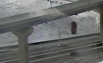 Imagini șocante în SUA. O tânără a căzut cu mașina de pe autostradă