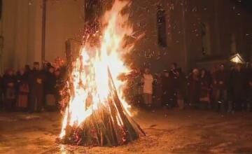 Traditiile sarbilor din Transilvania, in Ajun de Craciun pe rit vechi. De ce isi impodobesc casele cu paie