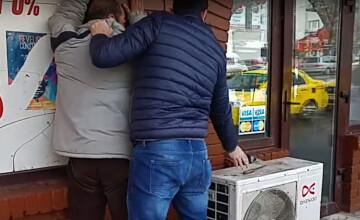 Un barbat care ameninta trecatorii cu un cutit a fost arestat in Constanta. Cine a fost cel care l-a imobilizat. VIDEO