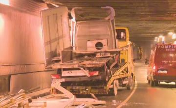 Blocaj in Pasajul Unirii din Capitala, dupa ce un camion care transporta o auto-utilitara a ramas intepenit
