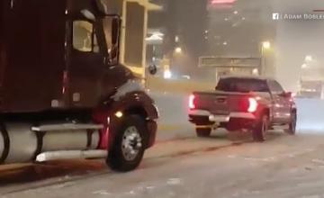Camion blocat în zăpadă tractat de un vehicul mult mai mic. Reacția șoferului