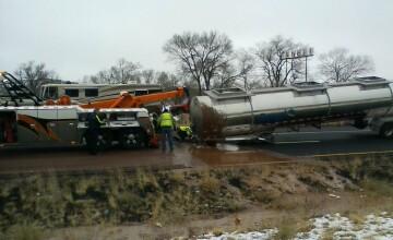 """""""Un râu de ciocolată"""" s-a vărsat pe o şosea din Arizona, dintr-un camion-cisternă. FOTO"""