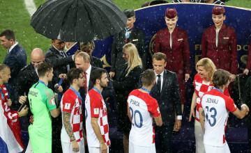 Putin, singurul care s-a adăpostit de ploaie sub umbrelă, pe stadionul din Moscova