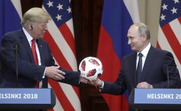 Putin îi oferă lui Trump o minge de la CM, în timpul întâlnirii de la Helsinki